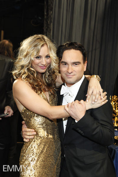 kaley cuoco  u0026 johnny galecki at the 61st primetime emmy