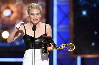 Kate McKinnon accepts her award at the 2017 Primetime Emmys.