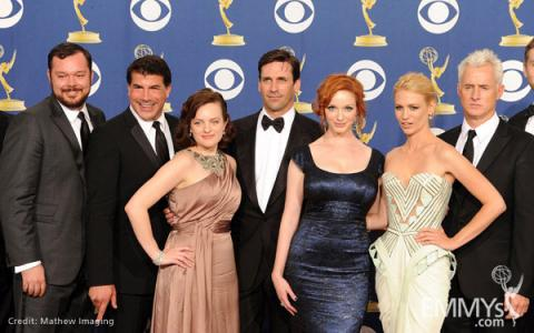 "Actors Elisabeth Moss, Jon Hamm, Christina Hendricks, January Jones and John Slattery pose with the cast of ""Mad Men"""