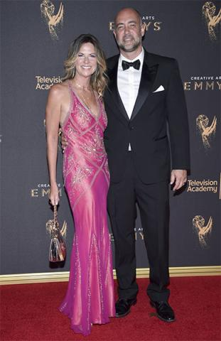Mo Collins and Alex Skuby on the red carpet at the 2017 Creative Arts Emmys.