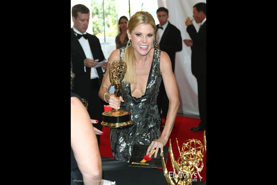 """Julie Bowen with the award for """"Outstanding Supporting Actress in a Comedy Series"""" at the trophy table"""