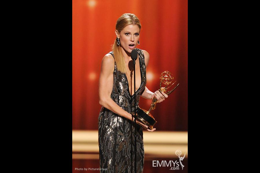 Julie Bowen accepts the award for Outstanding Supporting Actress in a Comedy Series