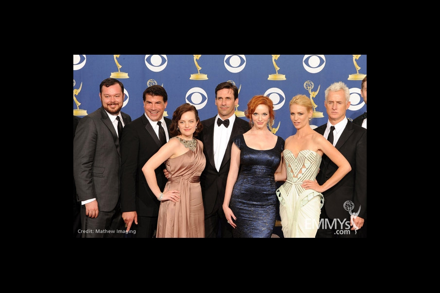 "Actors Elisabeth Moss, Jon Hamm, Christina Hendricks, January Jones and John Slattery pose with the cast of ""Mad Men"""