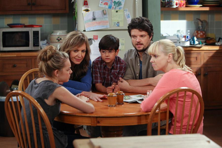 The cast of Mom