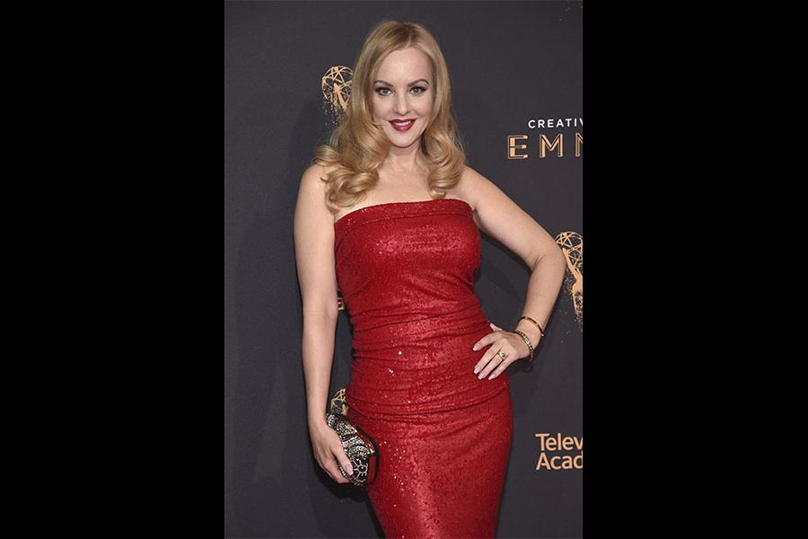 Wendi McLendon-Covey on the red carpet at the 2017 Creative Arts Emmys.