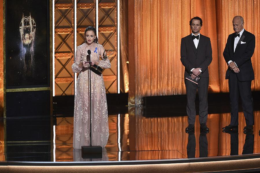 Alexis Bledel accepts her award at the 2017 Creative Arts Emmys.