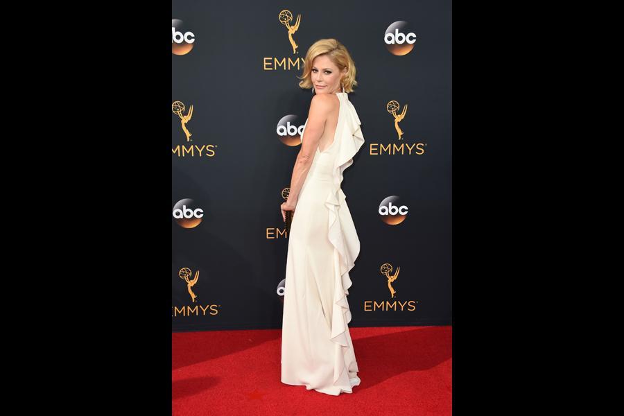 Julie Bowen on the red carpet at the 2016 Primetime Emmys.