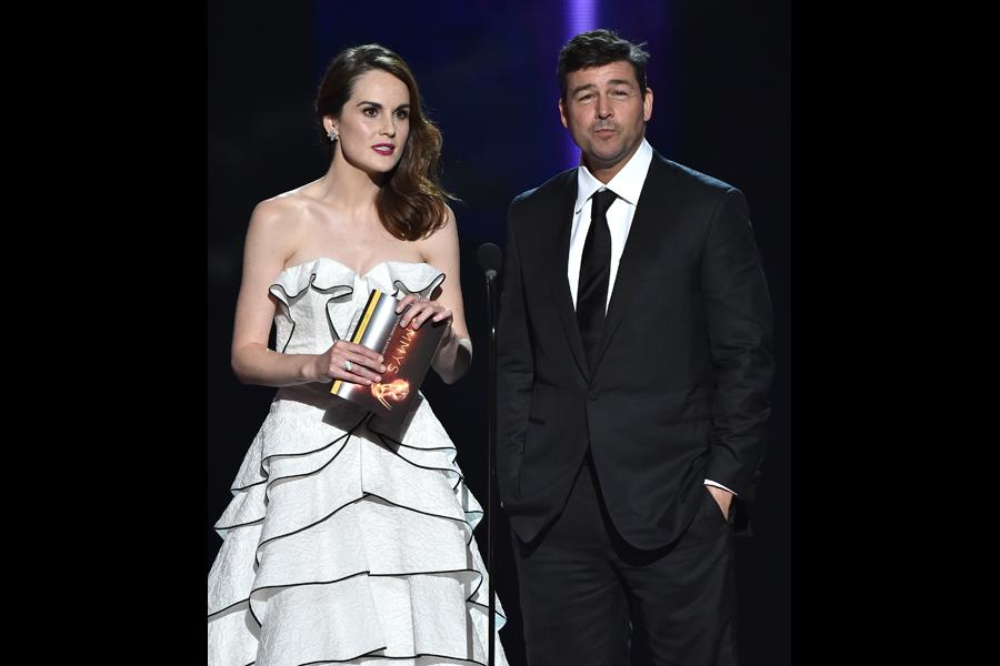 Michelle Dockery and Kyle Chandler present an award at the 2016 Primetime Emmys.