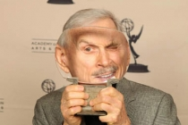 Dick Smothers with his Hall of Fame award.