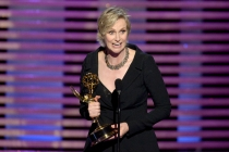 Hollywood Game Night host Jane Lynch accepts an award at the 2014 Primetime Creative Arts Emmys.