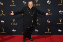 Louie Anderson on the red carpet at the 2016 Primetime Emmys.
