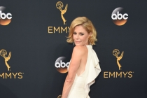 Julie Bowen on the red carpet at the 2016 Primetime Emmys.