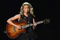 "Tori Kelly performs ""Hallelujah"" at the 2016 Primetime Emmys."