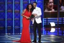 Sonequa Martin-Green and Jeremy Piven present an award at the 2017 Primetime Emmys.