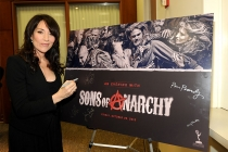 Katey Sagal signs the poster at An Evening with Sons of Anarchy.